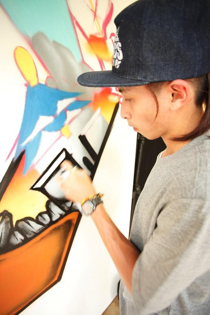 以台北象徵地標101以及中正紀念堂的城市剪影作發想,結合美式畫風與日式卡通技法呈現出畫面的協調比例,最後再搭配星星中人物塗鴉噴漆的感覺,表達城市創作的概念。