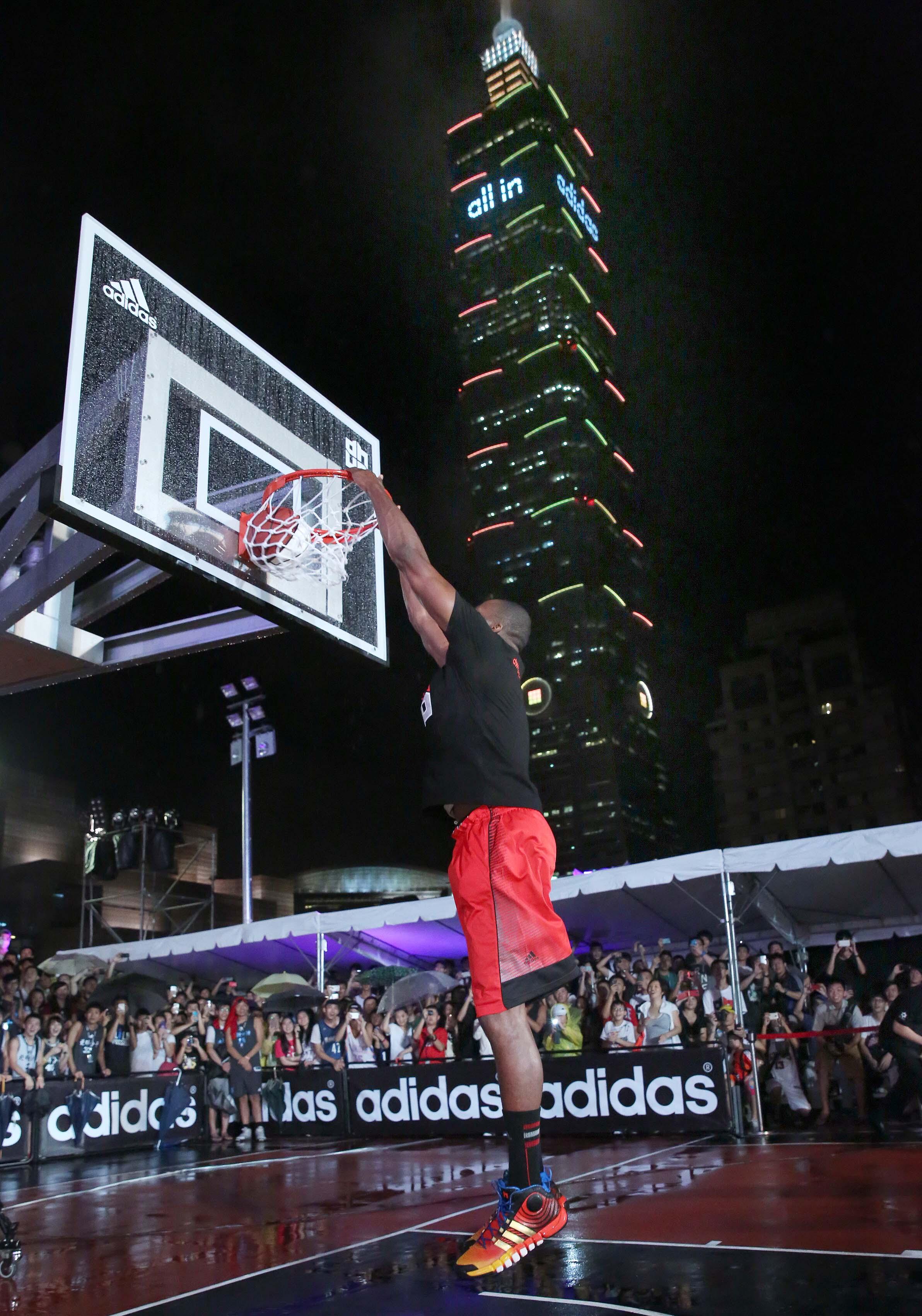 Dwight Howard在adidas 101籃球公園進行開球儀式,在台灣地標101前表演飛身爆扣