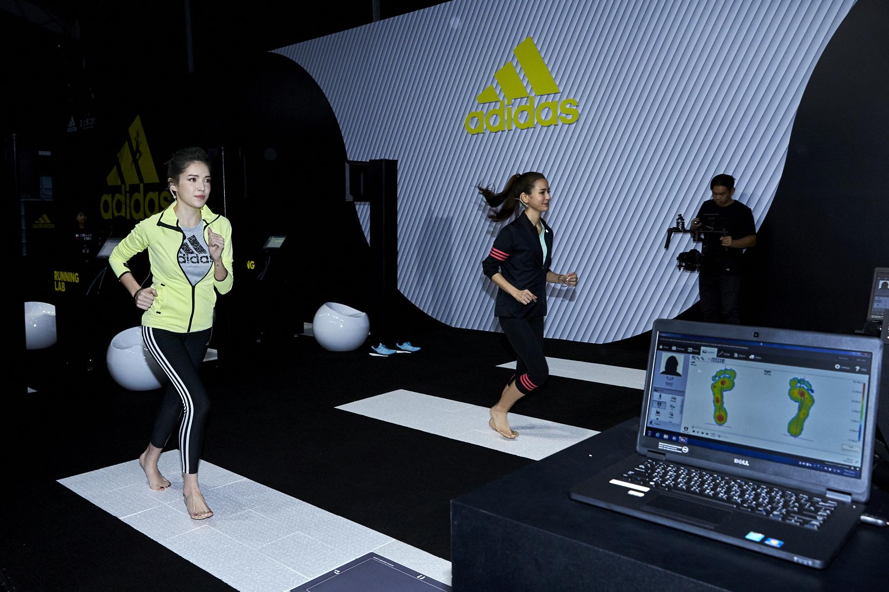 圖三:許瑋甯與雷艾美接受RUNNING LAB動態足測,重新認識自己的足型,並確認自己最適合的鞋型。(adidas提供)