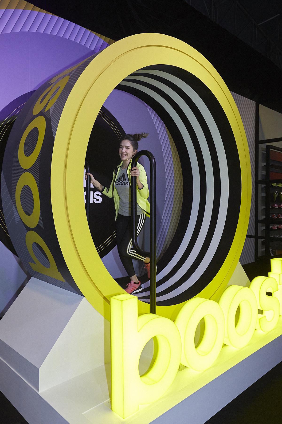 圖五:許瑋甯嘗試Energy Boost動能挑戰,藉由跑步帶動Boost能量輪,累積能量讓Boost燈箱全亮。(adidas提供)