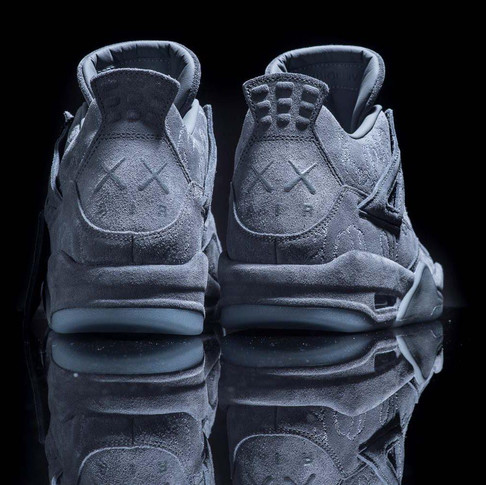 在 Nike Air  標誌、Jumpman 標誌(還有 Banned)設計之外,KAWS X AIR JORDAN 4 獨有的鞋跟聯乘標誌