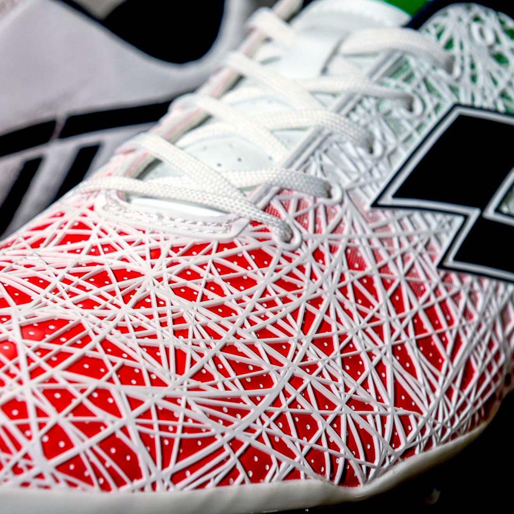 鞋身的 KPU 3D 立體條紋提升與球的接觸面積