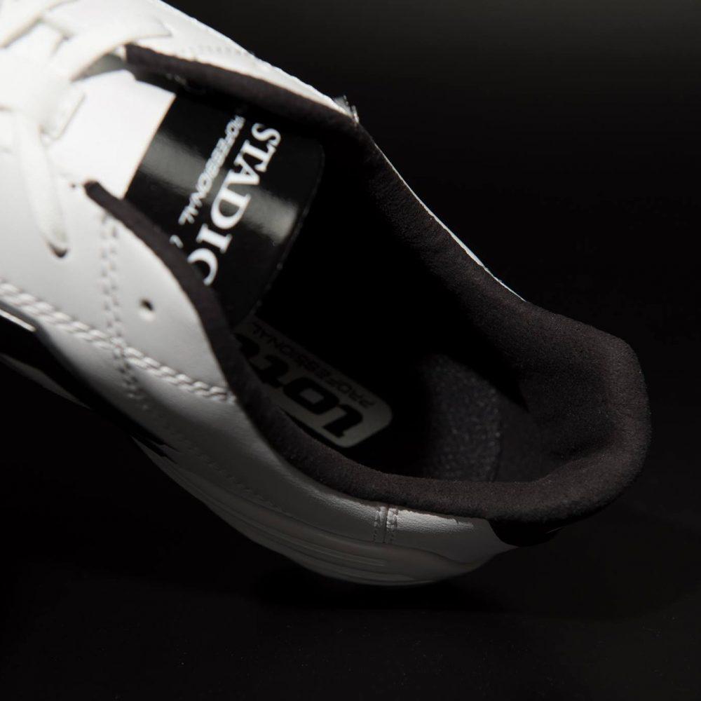 內襯選用仿麂皮質料,搭配 EVA 減震襯墊提升腳感
