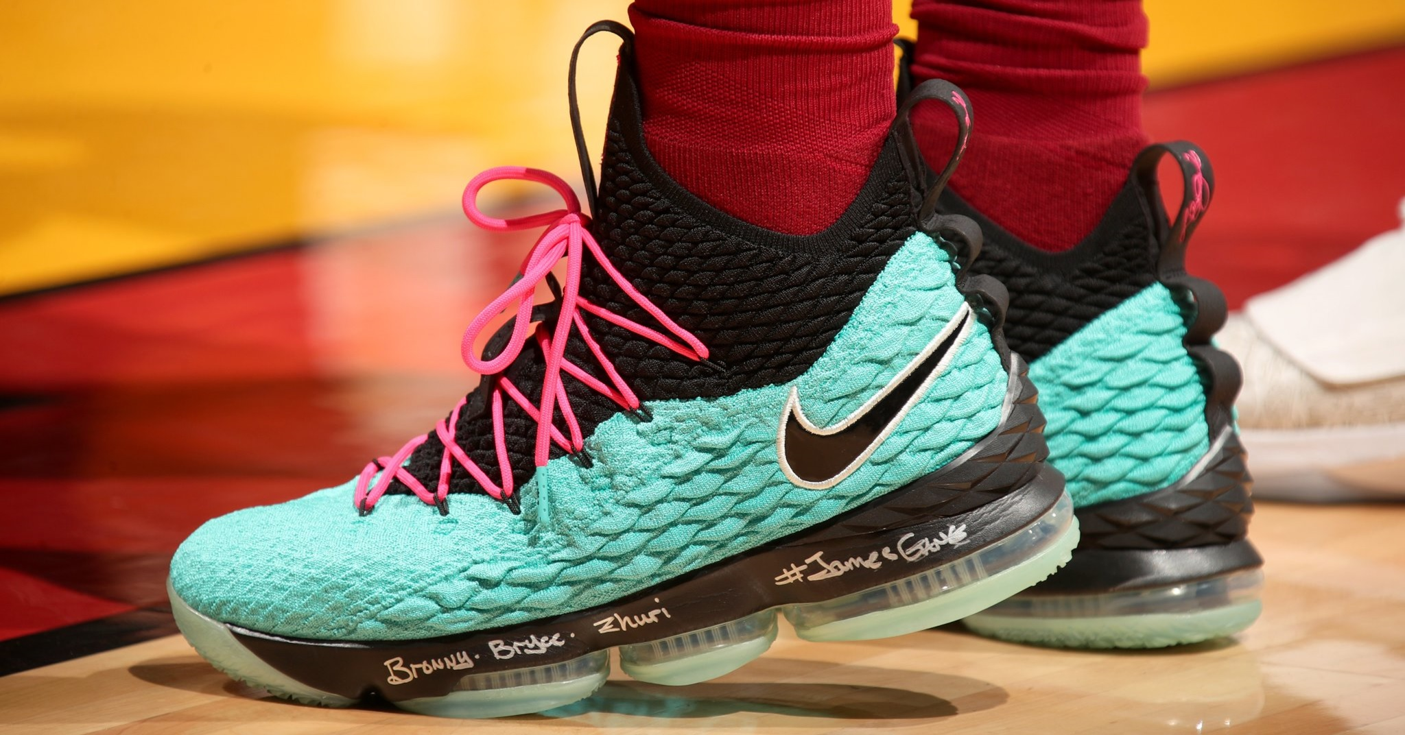 wholesale dealer 00842 b135e 南灘風情再現/ LeBron James 著用Nike LeBron 15 'South Beach ...
